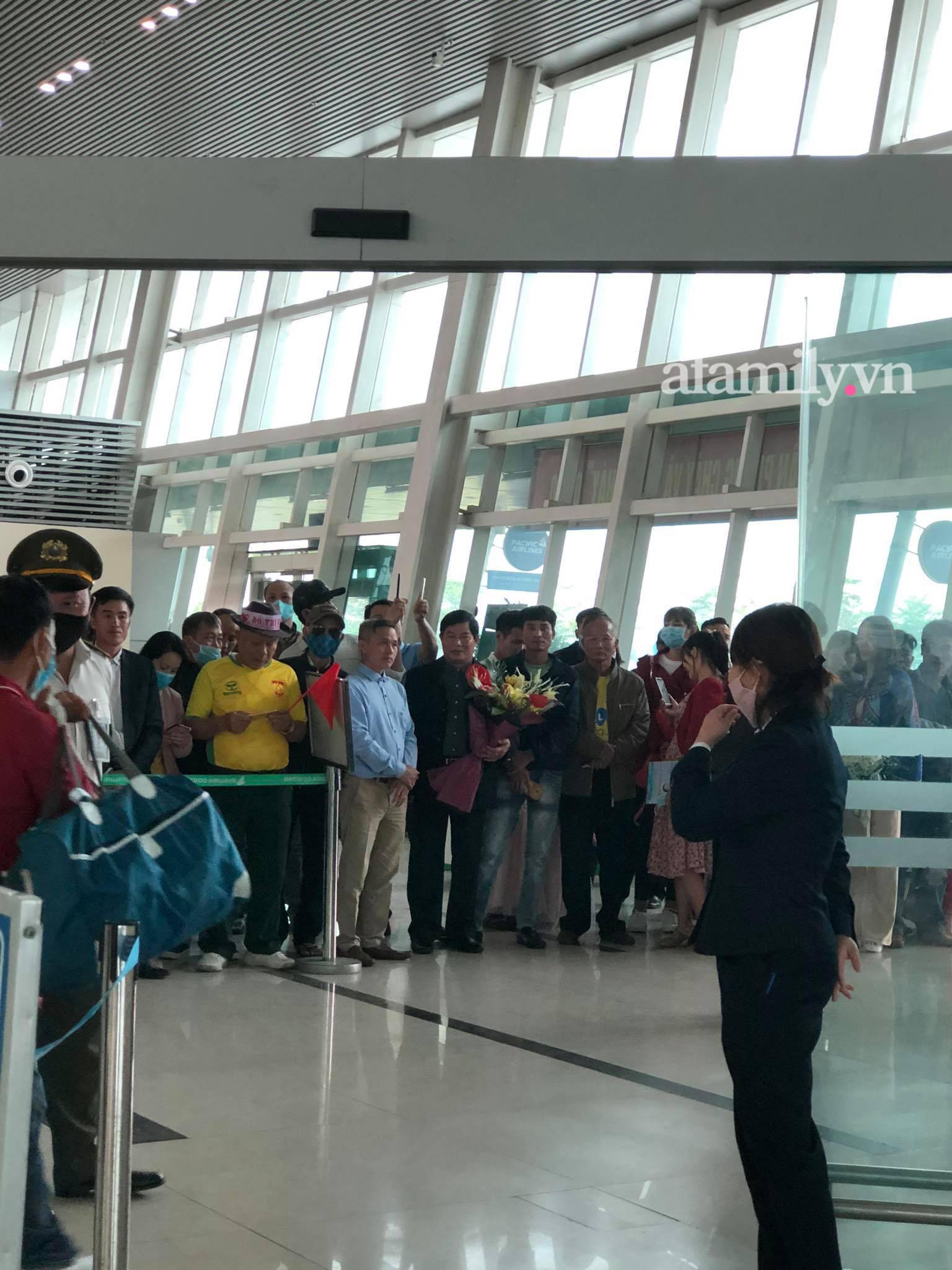 Người dân tập trung đông ở sân bay chào mừng Đỗ Thị Hà về quê sau hơn 1 tuần đăng quang Hoa hậu Việt Nam-4
