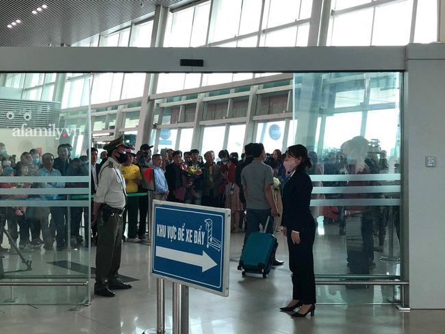 Người dân tập trung đông ở sân bay chào mừng Đỗ Thị Hà về quê sau hơn 1 tuần đăng quang Hoa hậu Việt Nam-5