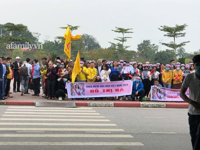 Người dân tập trung đông ở sân bay chào mừng Đỗ Thị Hà về quê sau hơn 1 tuần đăng quang Hoa hậu Việt Nam-1