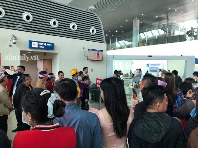 Người dân tập trung đông ở sân bay chào mừng Đỗ Thị Hà về quê sau hơn 1 tuần đăng quang Hoa hậu Việt Nam-2