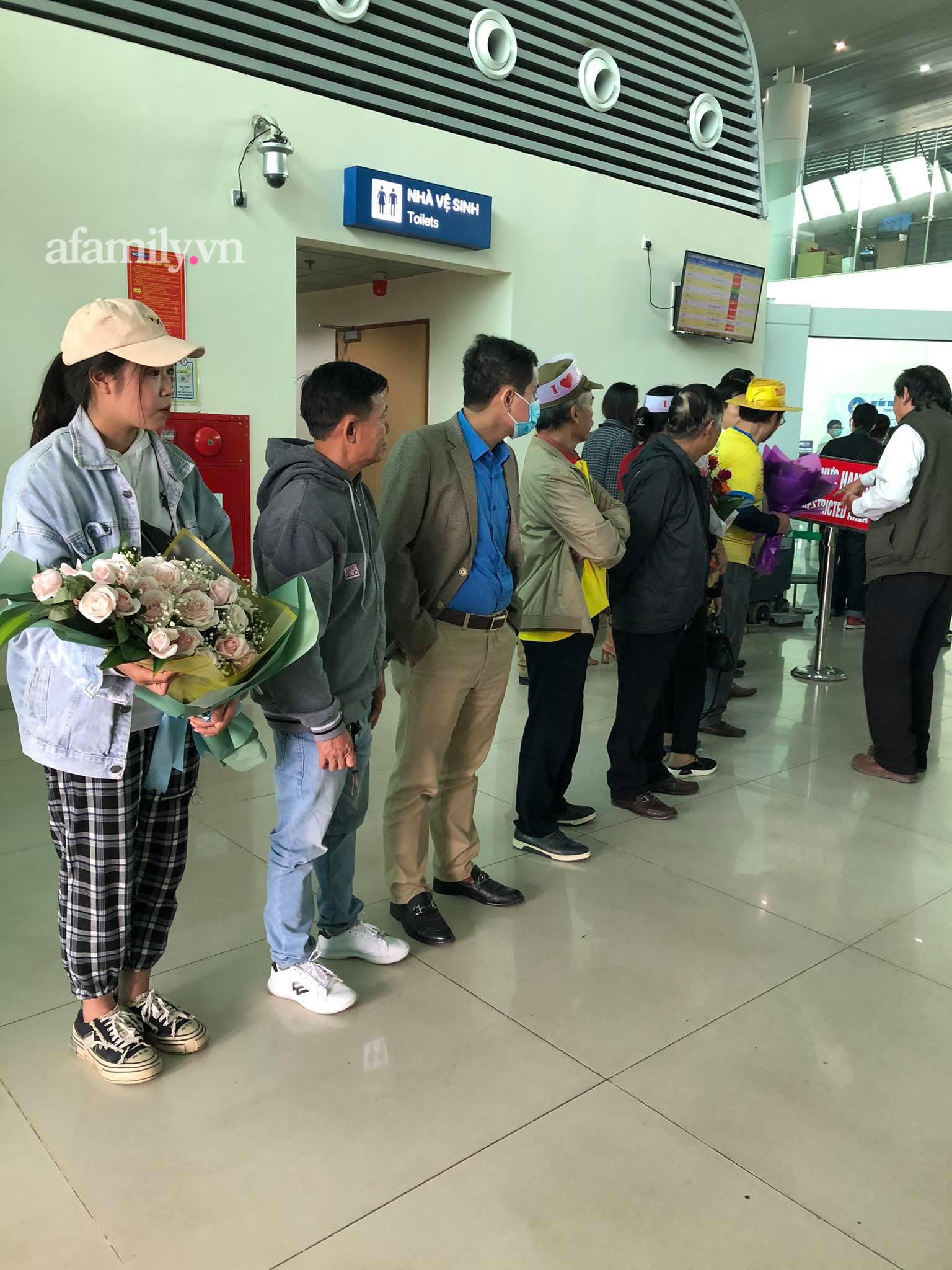 Người dân tập trung đông ở sân bay chào mừng Đỗ Thị Hà về quê sau hơn 1 tuần đăng quang Hoa hậu Việt Nam-3