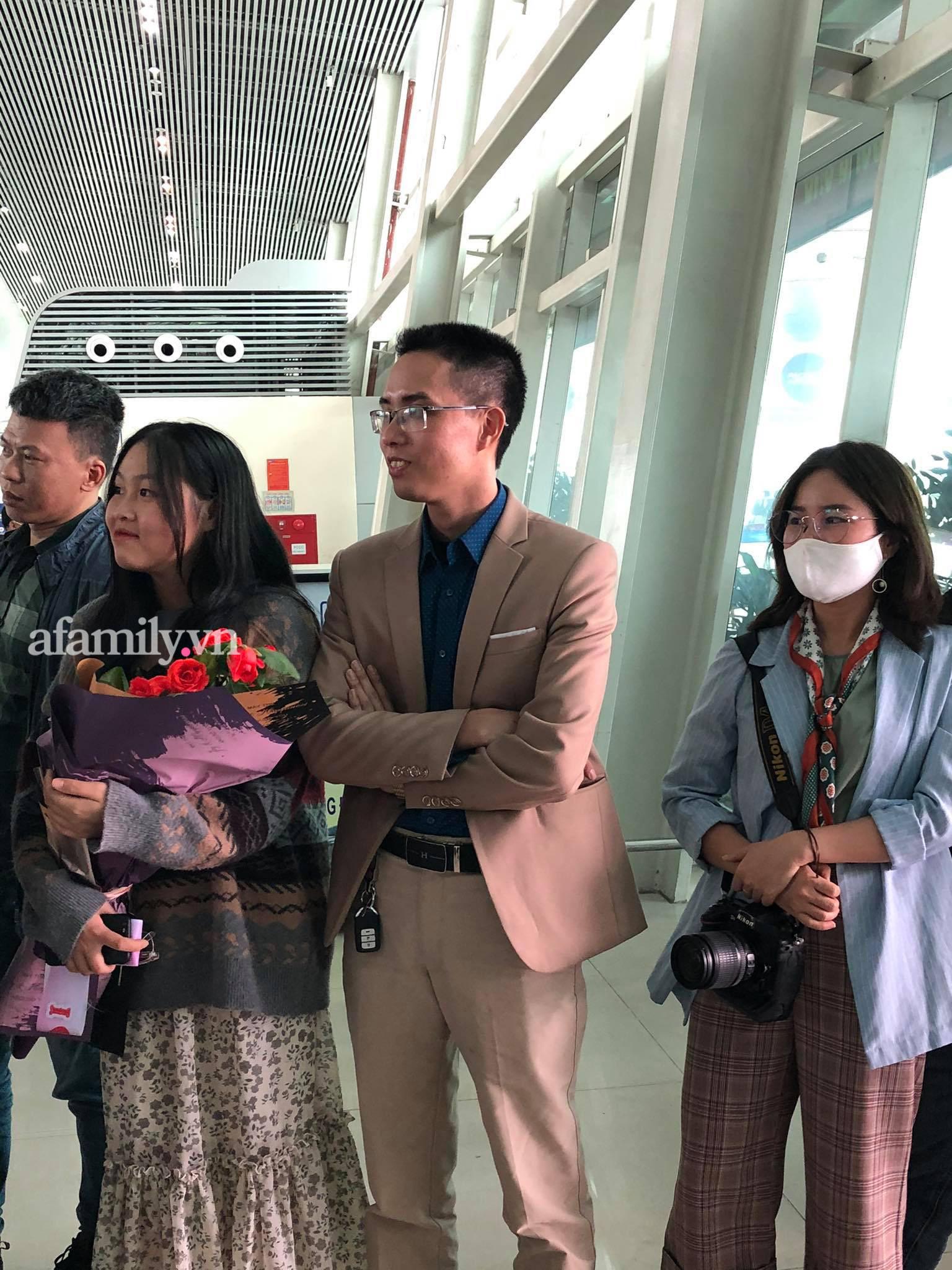 Người dân tập trung đông ở sân bay chào mừng Đỗ Thị Hà về quê sau hơn 1 tuần đăng quang Hoa hậu Việt Nam-6