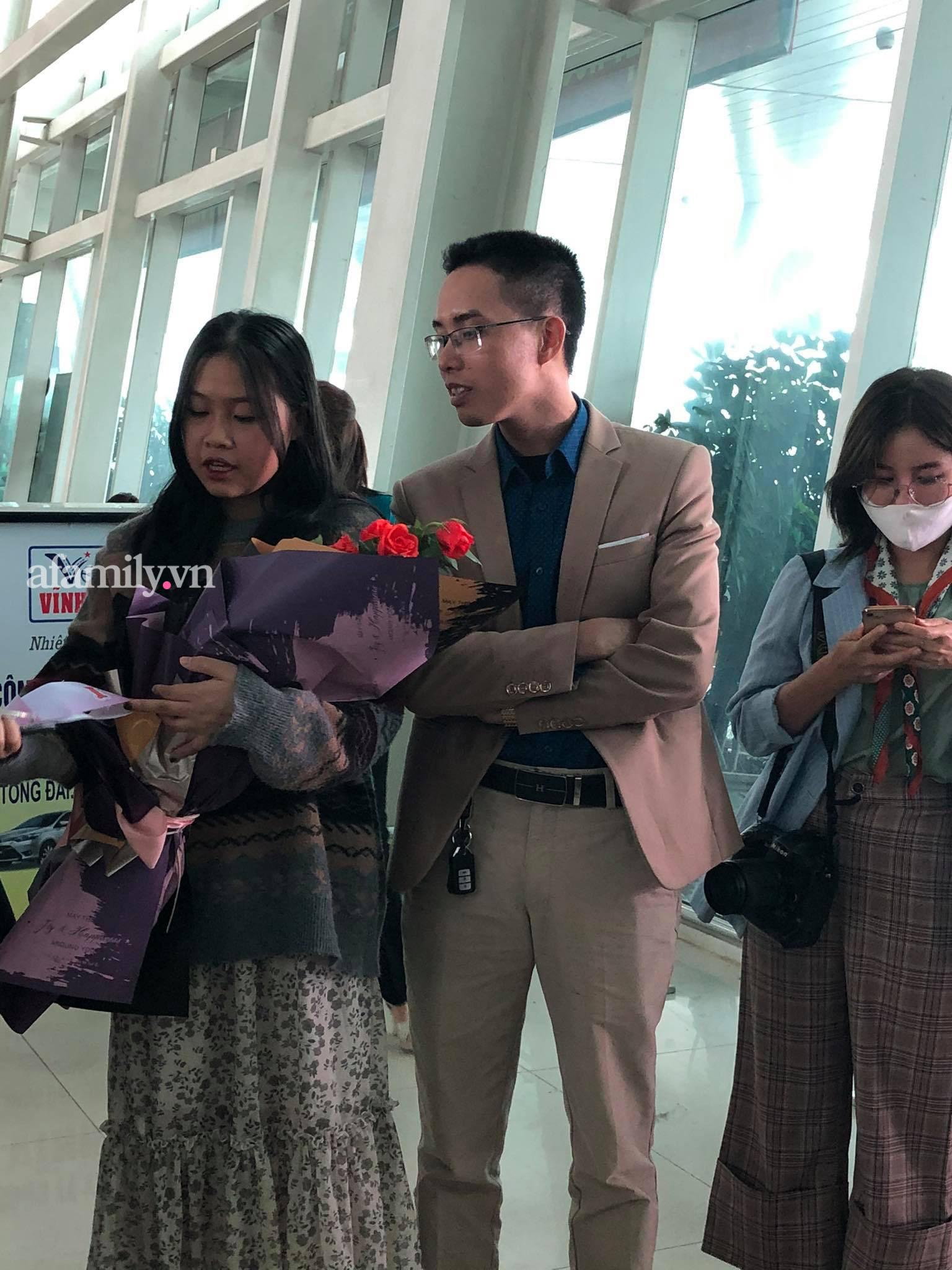 Người dân tập trung đông ở sân bay chào mừng Đỗ Thị Hà về quê sau hơn 1 tuần đăng quang Hoa hậu Việt Nam-7