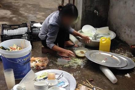 """Bị bắt rửa 8 mâm bát ngay trong ngày ra mắt, cô gái trẻ có pha xử lý """"không tưởng tượng nổi"""" với 300 nghìn đồng khiến nhiều người bức xúc"""