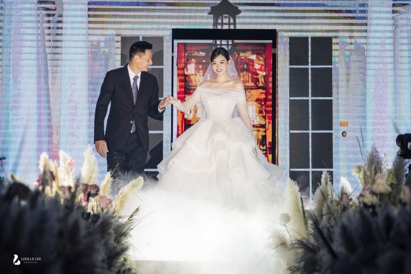 Loạt ảnh trong đám cưới kín tiếng của Tường San: Cô dâu khóc rưng rưng cũng xinh nức nở, chú rể chỉ nhìn thấy bóng lưng-1