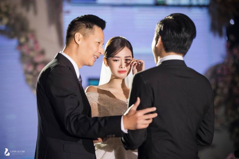 Loạt ảnh trong đám cưới kín tiếng của Tường San: Cô dâu khóc rưng rưng cũng xinh nức nở, chú rể chỉ nhìn thấy bóng lưng-2
