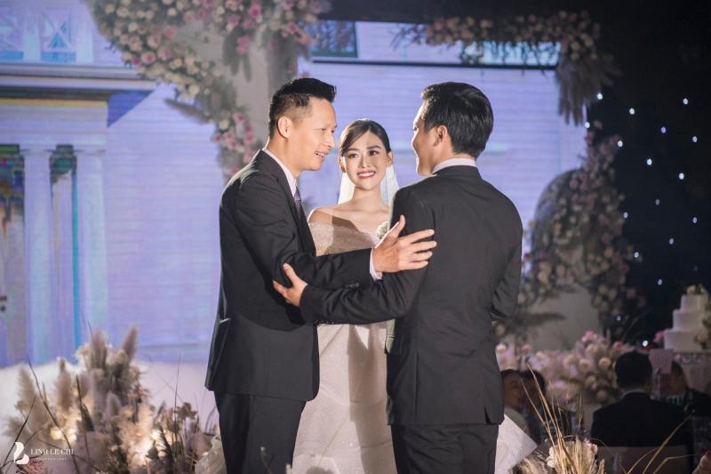 Loạt ảnh trong đám cưới kín tiếng của Tường San: Cô dâu khóc rưng rưng cũng xinh nức nở, chú rể chỉ nhìn thấy bóng lưng-3