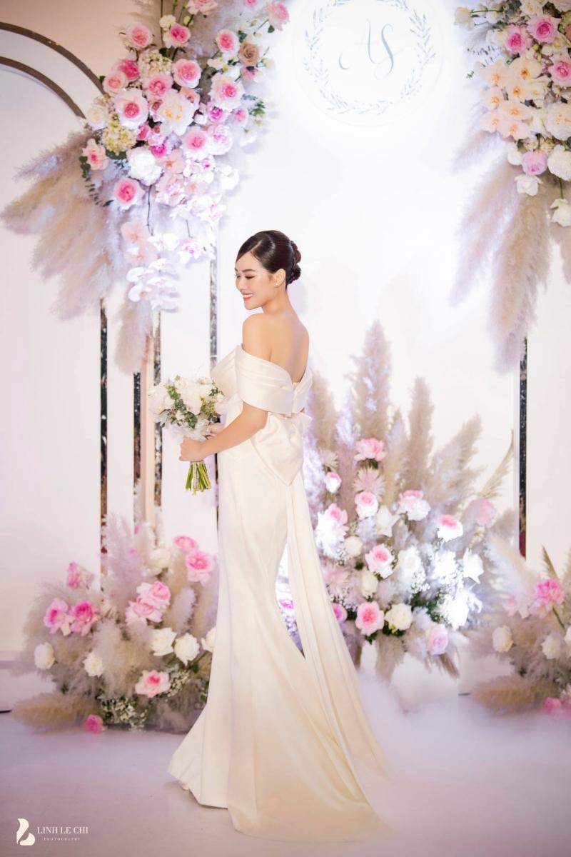 Loạt ảnh trong đám cưới kín tiếng của Tường San: Cô dâu khóc rưng rưng cũng xinh nức nở, chú rể chỉ nhìn thấy bóng lưng-13