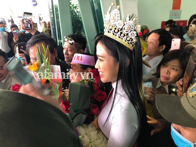 Loạt ảnh bóc trần nhan sắc Hoa hậu Đỗ Thị Hà qua camera thường trong ngày trở về quê-4
