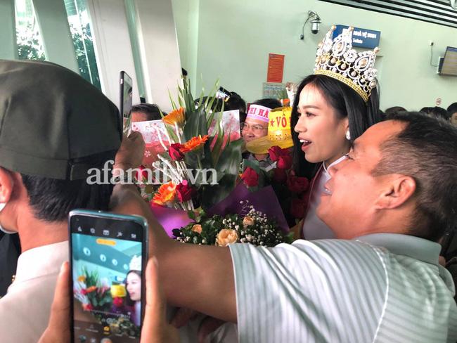 Loạt ảnh bóc trần nhan sắc Hoa hậu Đỗ Thị Hà qua camera thường trong ngày trở về quê-3