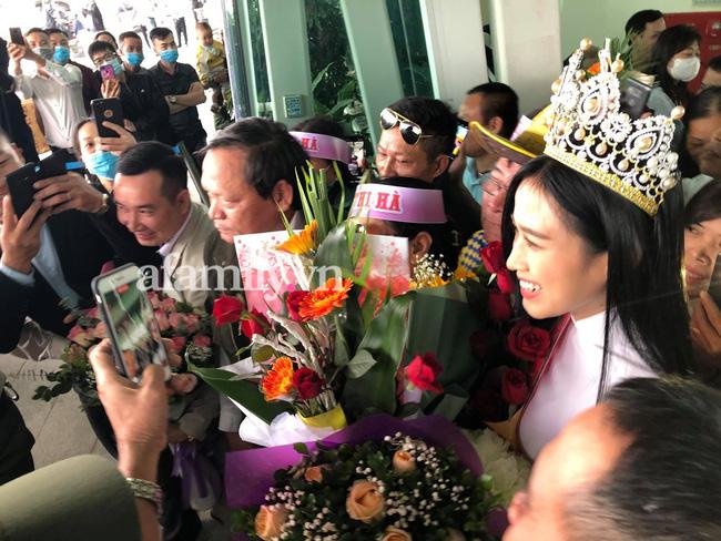 Loạt ảnh bóc trần nhan sắc Hoa hậu Đỗ Thị Hà qua camera thường trong ngày trở về quê-1