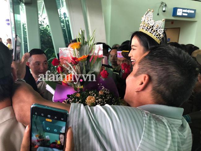 Loạt ảnh bóc trần nhan sắc Hoa hậu Đỗ Thị Hà qua camera thường trong ngày trở về quê-5