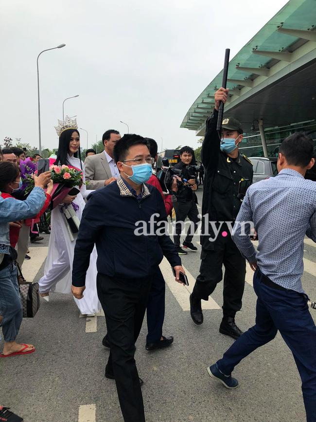 Loạt ảnh bóc trần nhan sắc Hoa hậu Đỗ Thị Hà qua camera thường trong ngày trở về quê-6