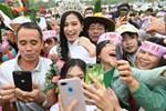 Loạt ảnh 'bóc trần' nhan sắc Hoa hậu Đỗ Thị Hà qua camera thường trong ngày trở về quê