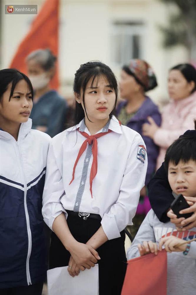 Nữ sinh cấp 2 chiếm spotlight trong ngày đón Hoa hậu Đỗ Thị Hà về quê, hạt giống nhan sắc tương lai quá!-2