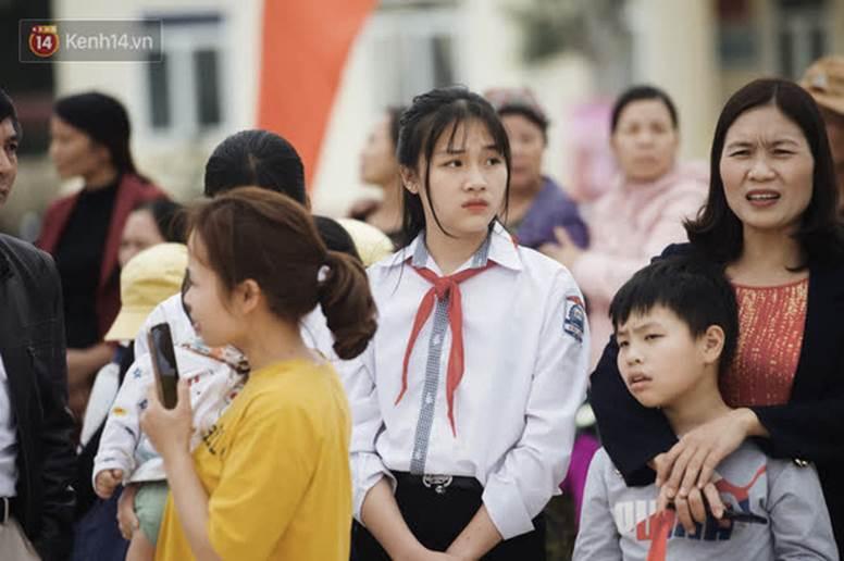 Nữ sinh cấp 2 chiếm spotlight trong ngày đón Hoa hậu Đỗ Thị Hà về quê, hạt giống nhan sắc tương lai quá!-3