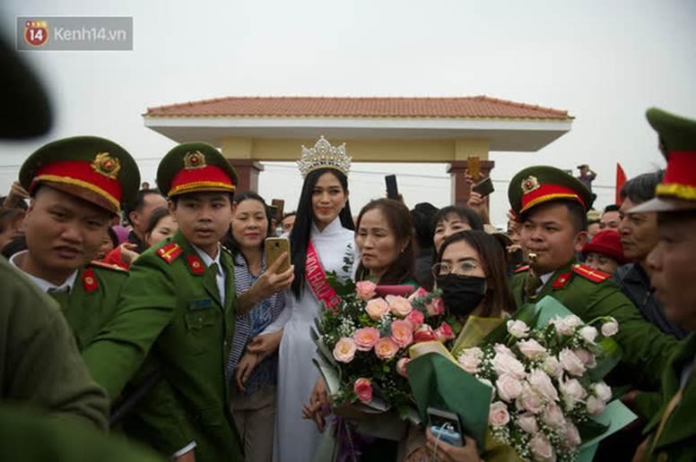 Nữ sinh cấp 2 chiếm spotlight trong ngày đón Hoa hậu Đỗ Thị Hà về quê, hạt giống nhan sắc tương lai quá!-5