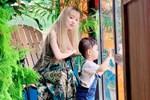 Mẹ đơn thân 25 tuổi dùng chân tắm cho con thuần thục, ai cũng đi từ thắc mắc đến cảm phục khi nhìn lên đôi tay của cô