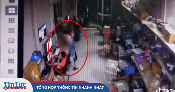 Cô gái rút dao đâm bạn trai tử vong ngay tại nơi làm việc rồi bỏ về nhà tắm rửa