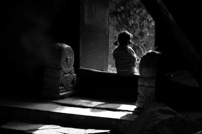 Con gái nhỏ nhìn vào góc tường bảo thấy người lạ, bố mẹ chi tiền tỷ để xua đuổi tà ma và một năm sau sự thật đau lòng hé lộ-1