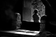Con gái nhỏ nhìn vào góc tường bảo thấy người lạ, bố mẹ chi tiền tỷ để xua đuổi 'tà ma' và một năm sau sự thật đau lòng hé lộ