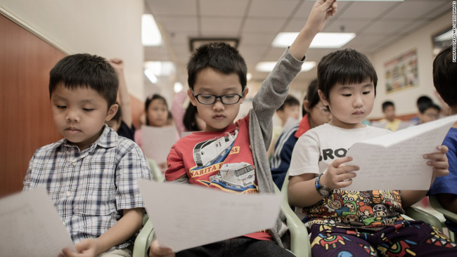 Trả lời vỏn vẹn vài từ cho câu hỏi Em không ăn được gì vào bữa sáng?, cậu bé tiểu học khiến cô giáo phải gọi ngay cho phụ huynh còn người mẹ thì ôm mặt òa khóc nức nở-3