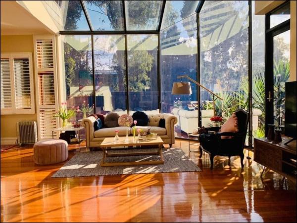 Ngôi nhà bình yên ngập tràn nắng gió, hương thơm và phòng khách full kính trong suốt vạn người mơ-1