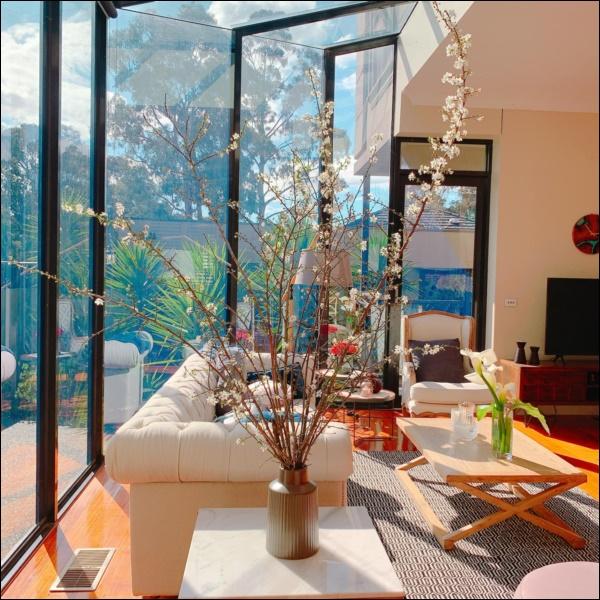 Ngôi nhà bình yên ngập tràn nắng gió, hương thơm và phòng khách full kính trong suốt vạn người mơ-8