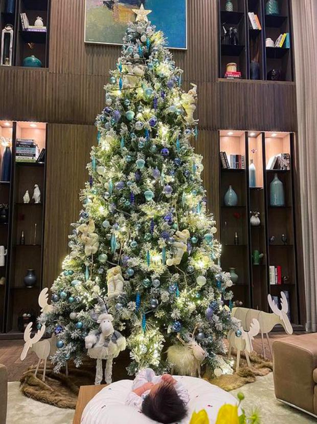 Mùa Giáng sinh của con gái Cường Đô La - Đàm Thu Trang: Chill sương sương dưới cây thông khủng trong biệt thự triệu đô!-1