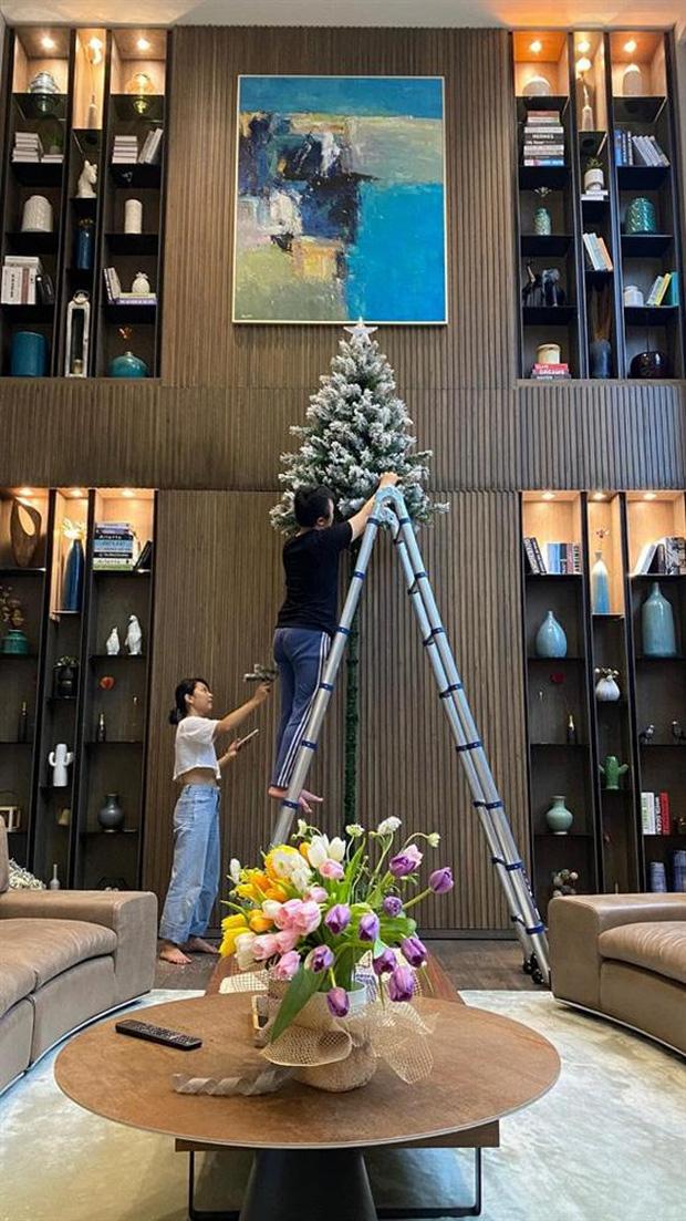 Mùa Giáng sinh của con gái Cường Đô La - Đàm Thu Trang: Chill sương sương dưới cây thông khủng trong biệt thự triệu đô!-2
