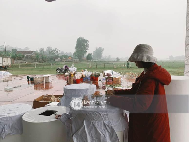 Hé lộ không gian cưới rộng 500m2 của Công Phượng tại Nghệ An: Chú rể đội mũ cối đi kiểm tra, rạp được trang trí lãng mạn giữa sân bóng-7