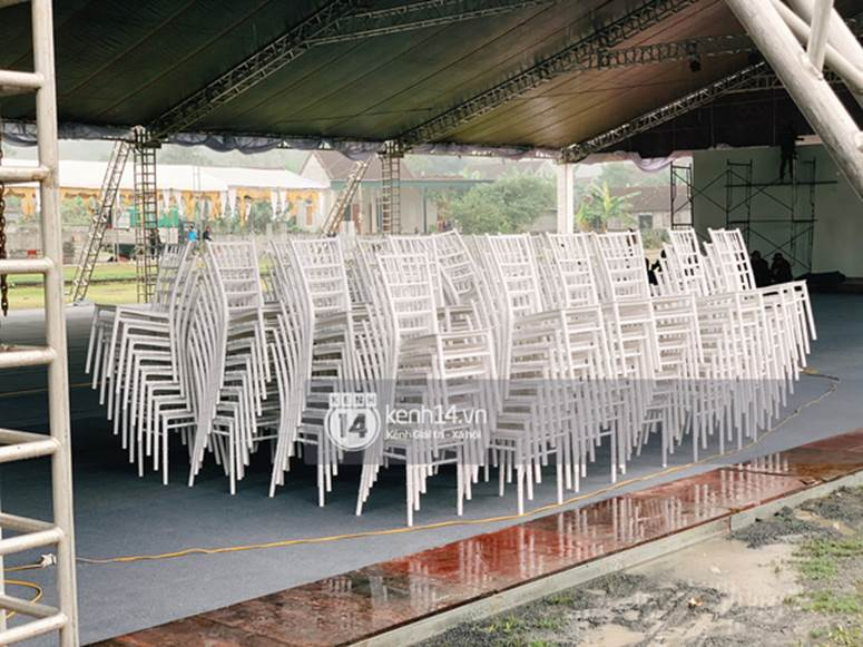 Hé lộ không gian cưới rộng 500m2 của Công Phượng tại Nghệ An: Chú rể đội mũ cối đi kiểm tra, rạp được trang trí lãng mạn giữa sân bóng-4
