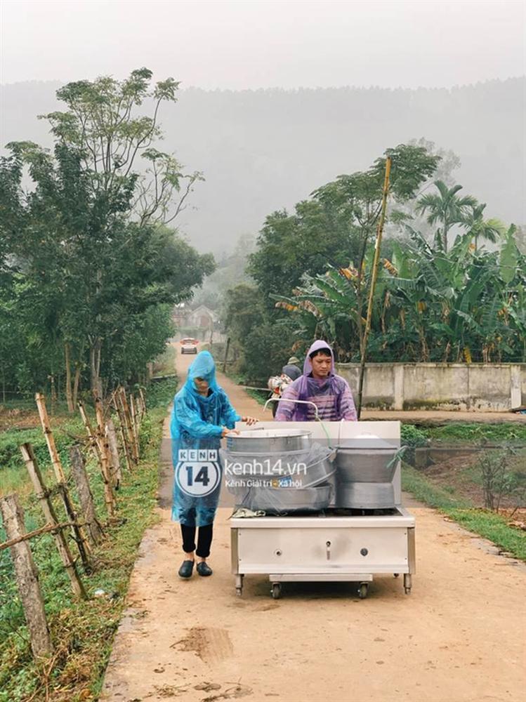 Hé lộ không gian cưới rộng 500m2 của Công Phượng tại Nghệ An: Chú rể đội mũ cối đi kiểm tra, rạp được trang trí lãng mạn giữa sân bóng-9