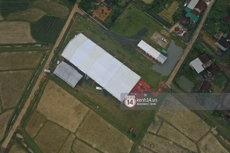 Hé lộ không gian cưới rộng 500m2 của Công Phượng tại Nghệ An: Chú rể đội mũ cối đi kiểm tra, rạp được trang trí lãng mạn giữa sân bóng-10