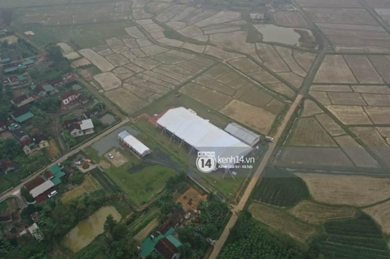 Hé lộ không gian cưới rộng 500m2 của Công Phượng tại Nghệ An: Chú rể đội mũ cối đi kiểm tra, rạp được trang trí lãng mạn giữa sân bóng-11