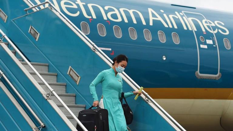 Tiếp viên hàng không Vietnam Airlines đồng loạt treo hashtag #WeApologize thay mặt đồng nghiệp xin lỗi cộng đồng, mong được đối xử văn minh-7