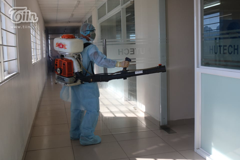 Phun khử khuẩn tại Đại học Hutech - nơi BN 1342 từng đến học trong thời gian cách ly-6