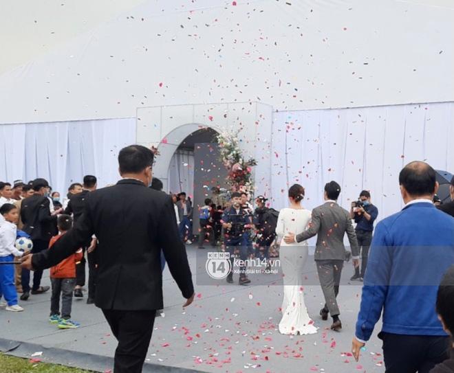 Trực tiếp đám cưới Công Phượng tại Nghệ An: Tân lang tân nương đan chặt tay nhau trên lễ đường, Dế Choắt - Văn Đức rạng rỡ chung khung hình-11