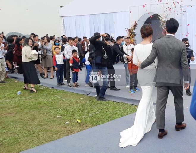 Trực tiếp đám cưới Công Phượng tại Nghệ An: Tân lang tân nương đan chặt tay nhau trên lễ đường, Dế Choắt - Văn Đức rạng rỡ chung khung hình-12