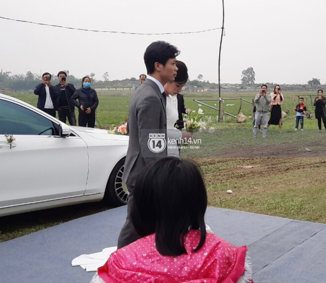 Trực tiếp đám cưới Công Phượng tại Nghệ An: Tân lang tân nương đan chặt tay nhau trên lễ đường, Dế Choắt - Văn Đức rạng rỡ chung khung hình-13