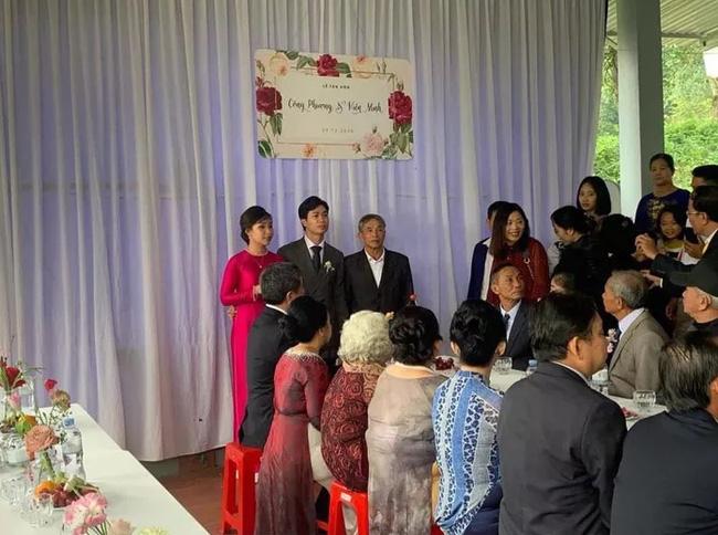 Hình ảnh Công Phượng - Viên Minh tươi cười trong rạp đám cưới ở quê gây xúc động mạnh, sau những sang chảnh ở Sài Gòn hay Phú Quốc thì tình người quê hương sao mà ấm đến vậy!-1
