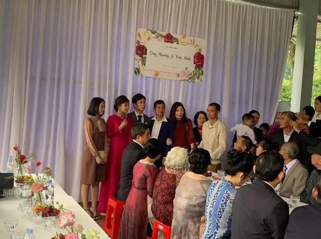 Hình ảnh Công Phượng - Viên Minh tươi cười trong rạp đám cưới ở quê gây xúc động mạnh, sau những sang chảnh ở Sài Gòn hay Phú Quốc thì tình người quê hương sao mà ấm đến vậy!-2