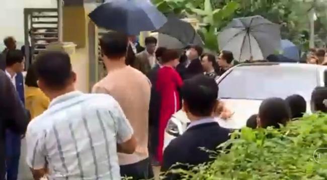 Hình ảnh Công Phượng - Viên Minh tươi cười trong rạp đám cưới ở quê gây xúc động mạnh, sau những sang chảnh ở Sài Gòn hay Phú Quốc thì tình người quê hương sao mà ấm đến vậy!-4