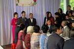 Dựng rạp đám cưới lấn chiếm cả nửa con đường, gia chủ còn có hành động khác gây tranh cãi dữ dội-3