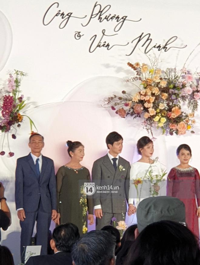 Trực tiếp đám cưới Công Phượng tại Nghệ An: Tân lang tân nương đan chặt tay nhau trên lễ đường, Dế Choắt - Văn Đức rạng rỡ chung khung hình-3