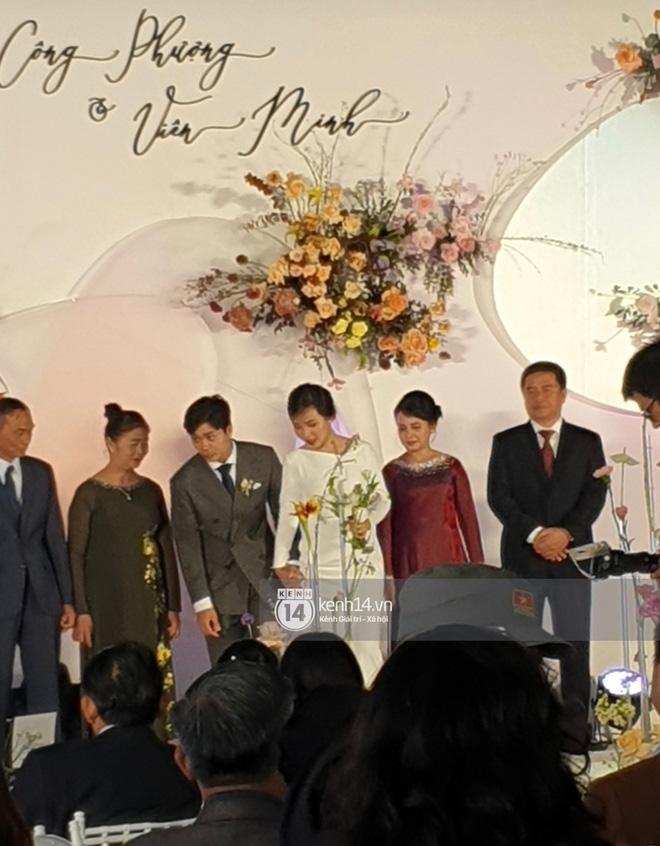 Trực tiếp đám cưới Công Phượng tại Nghệ An: Tân lang tân nương đan chặt tay nhau trên lễ đường, Dế Choắt - Văn Đức rạng rỡ chung khung hình-4