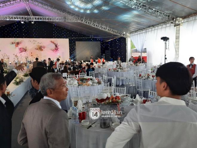 Trực tiếp đám cưới Công Phượng tại Nghệ An: Tân lang tân nương đan chặt tay nhau trên lễ đường, Dế Choắt - Văn Đức rạng rỡ chung khung hình-8