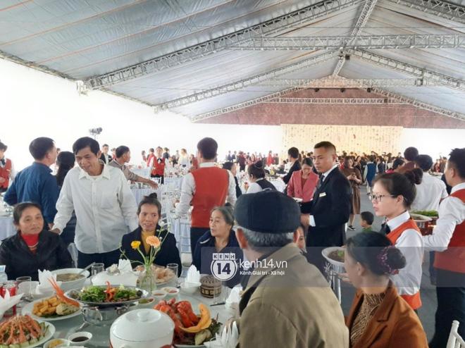 Trực tiếp đám cưới Công Phượng tại Nghệ An: Tân lang tân nương đan chặt tay nhau trên lễ đường, Dế Choắt - Văn Đức rạng rỡ chung khung hình-9