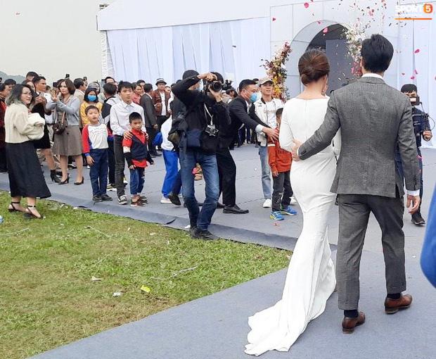 Công Phượng chăm sóc Viên Minh từng li trong lễ cưới ở Nghệ An-3