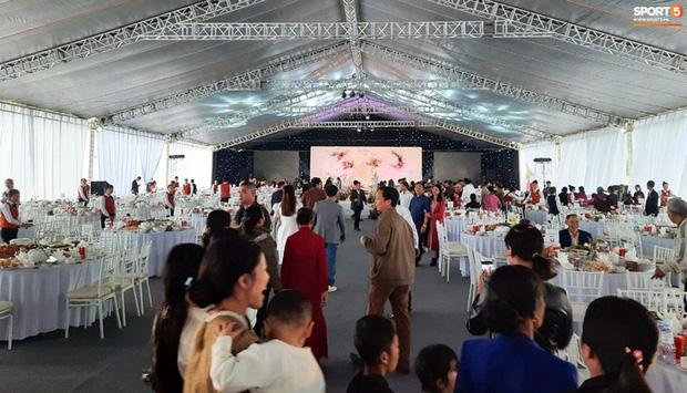 Công Phượng chăm sóc Viên Minh từng li trong lễ cưới ở Nghệ An-4